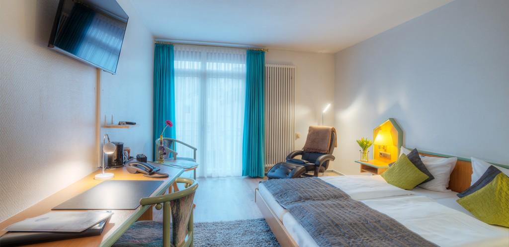 Doppelzimmer mit Flatscreen und Relaxsessel