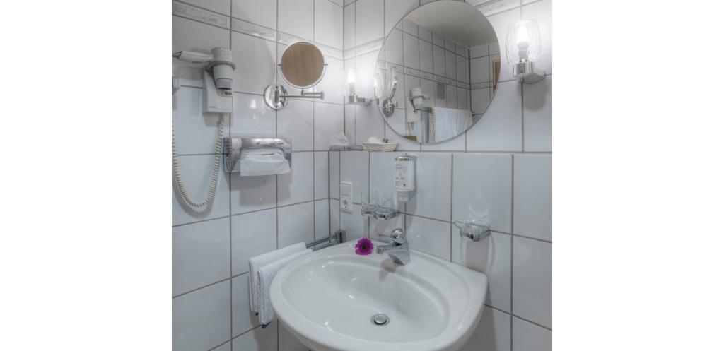 Badezimmer mit großem Spiegel, flexiblem Kosmetikspiegel, Fön
